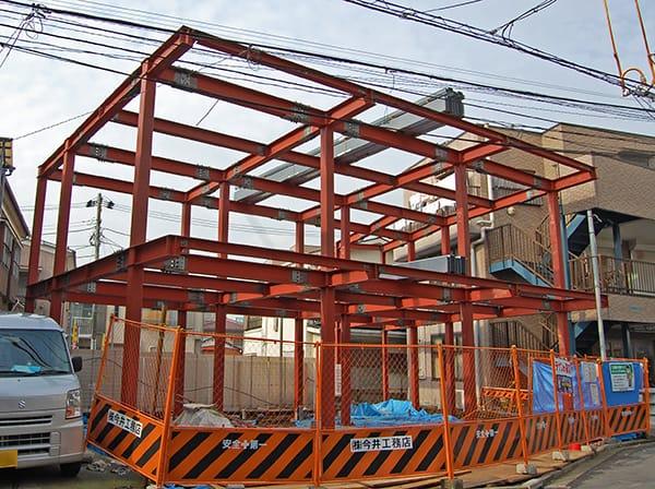 鉄骨造貸店舗スケルトン工事鉄骨工事中の写真
