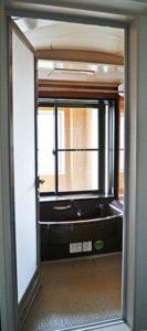 大きな窓から光を取り込んでいる浴室の写真