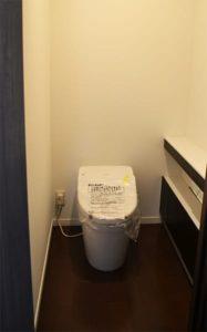ダークブラウン調収納付きトイレの写真