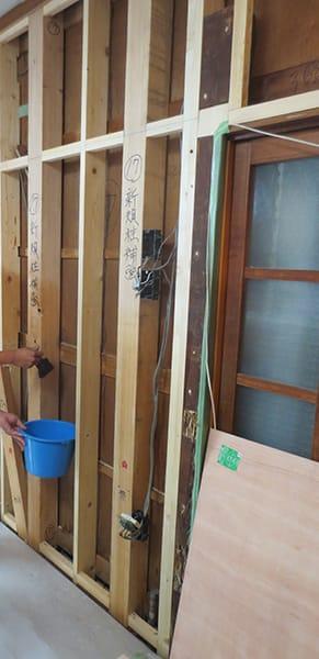 横浜市港南区N様邸・防蟻剤塗布中の写真